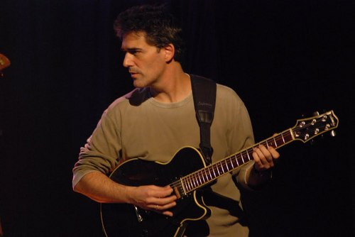 Jazz gitarist Leo Amuedo tijdens quarantaine